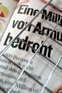 """Zeitung mit der Überschrift """"von Armut bedroht"""""""