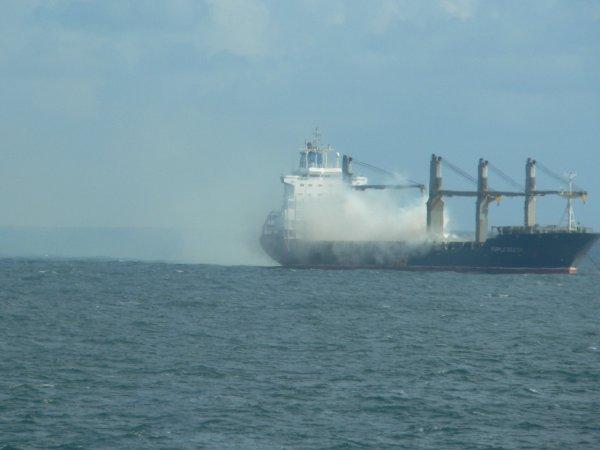 Update – Brennender Frachter vor Helgoland – Düngemittelwolke und Explosionsgefahr