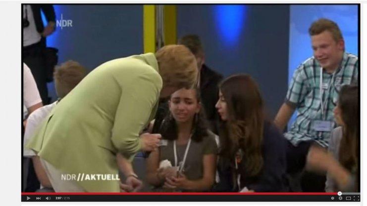Weinendes Flüchtlingskind bringt Merkel aus dem Konzept