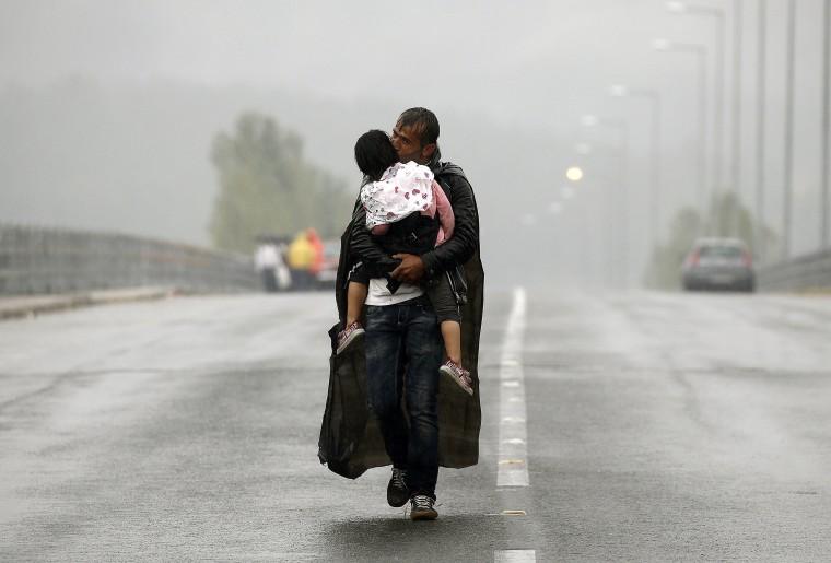 Herzzerreißend – Syrischer Flüchtling mit seinem Sohn auf der Flucht im Regen