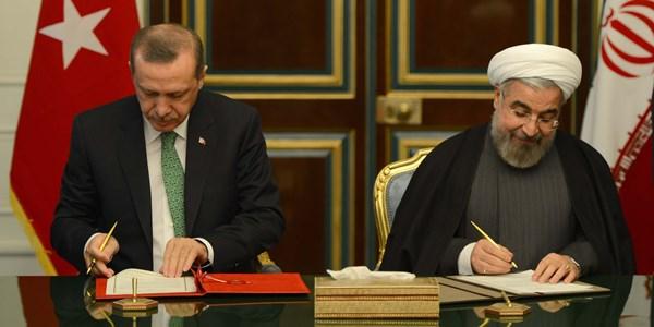 Başbakan Recep Tayyip Erdoğan, İran Cumhurbaşkanı Hasan Ruhani ile görüştü. Tahran'da resmi temaslarını sürdüren Başbakan Erdoğan, Sadabad Sarayı'nda gerçekleştirilen öğle yemeğinde, İran Cumhurbaşkanı Ruhani ile bir araya geldi. Başbakan Erdoğan, İran Cumhurbaşkanı Ruhani ile iki ülke arasında çeşitli alanlarda ikili işbirliği anlaşmaları imzaladı. (Kayhan Özer - Anadolu Ajansı)