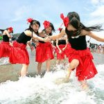 """Ein """"strahlendes"""" Freihandelsabkommen! Was sich in Japan an Dreistigkeit abspielt, ist kaum noch zu ertragen - Für einen Strand in Fukushima werden Oberschülerinnen  zu Werbezwecken benutzt"""