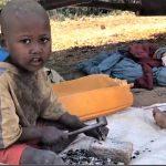 Willkommen in der Hölle - Kinderarbeit in Madagaskar für Rohstoffe nach Europa! Madagascar-child slave labor as young as THREE who work 16-hour days in mining for Europe !