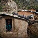 """Grausam! Frauen und Mädchen sterben in """"Menstruationshütten""""- Women Still Forced to Sleep Outside in 'Menstruation Huts' During Their Period"""