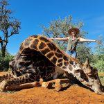 Grausam! Als Valentinsgeschenk -Trophäenjägerin posiert mit Herz von erschossener Giraffe auf Facebook! -Trophy hunting endanger Africa's fragile giraffe populations-Valentine's Day present- Woman poses with giraffe's heart